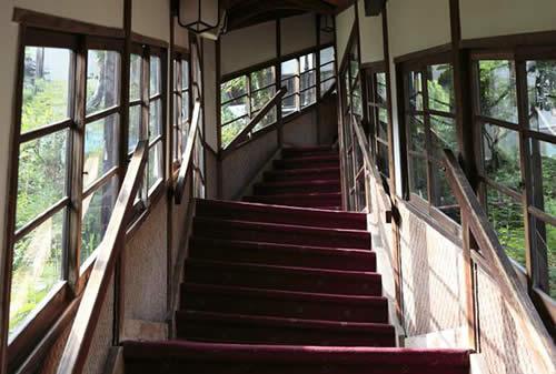 ガルパン 劇場版予告編で1年生が走り回っていた木造建築風の階段回廊はここかな?