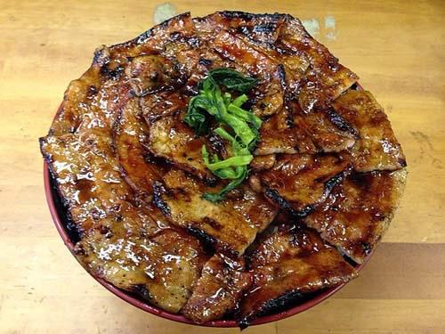新橋の豚丼専門店「豚大学」 特大豚丼990円