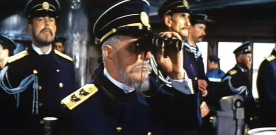 映画 双眼鏡を使う船長?