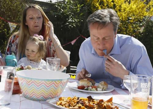 イギリス キャメロン首相 ホットドッグ ナイフとフォークで食す