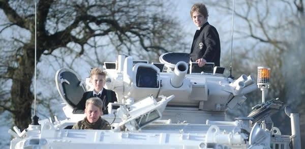 戦車で通学する男子 写真