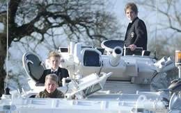 戦車で通学する男子 写真 サムネイル