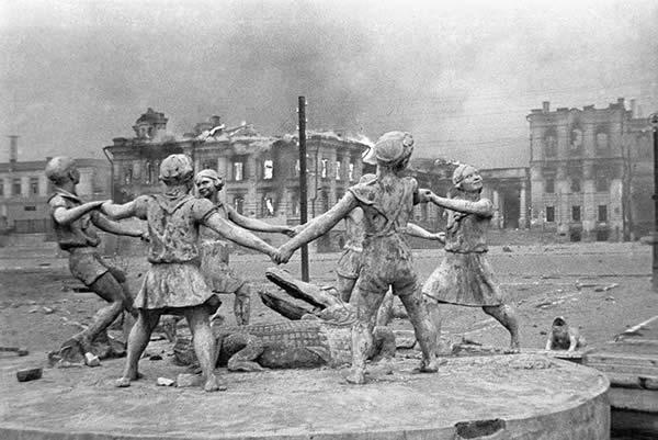 スターリングラード 廃墟の中の子供達が輪になって遊ぶ像