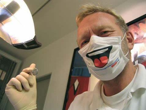 変なマスクした歯医者さん