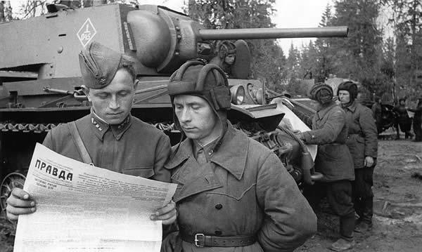 ソ連 KV-1と兵士 写真